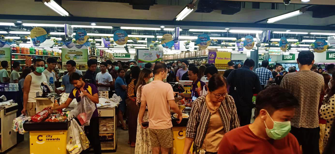 Người dân Yangon đổ xô đi mua sắm sau khi Myanmar thông báo 02 ca nhiễm SARS-CoV-2 đầu tiên - Ảnh: Kit Thit Media/Facebook Mingalapar