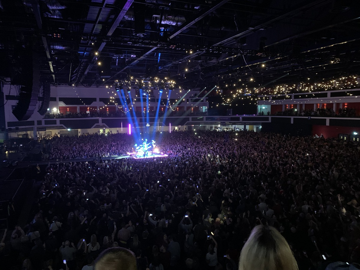 Hàng ngàn người Anh tai xứ Wales tham dự buổi hòa nhạc của ban nhạc Stereophonics ngày 15/03 (Ảnh: Twitter Stereophonics)