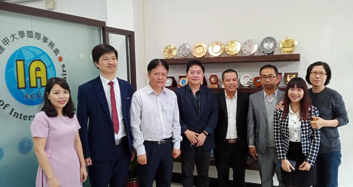 TS Lê Quang Minh (thứ 5 từ trái qua phải) trong chuyến công tác tại trường Đại học Phùng Giáp (Feng Chia University) - Đài Loan