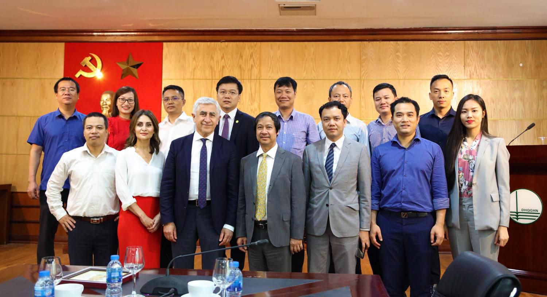 TS Lê Quang Minh (hàng trên, ngoài cùng bên trái) chụp cùng với đoàn chuyên gia Nga tại Đại học Quốc gia Hà Nội