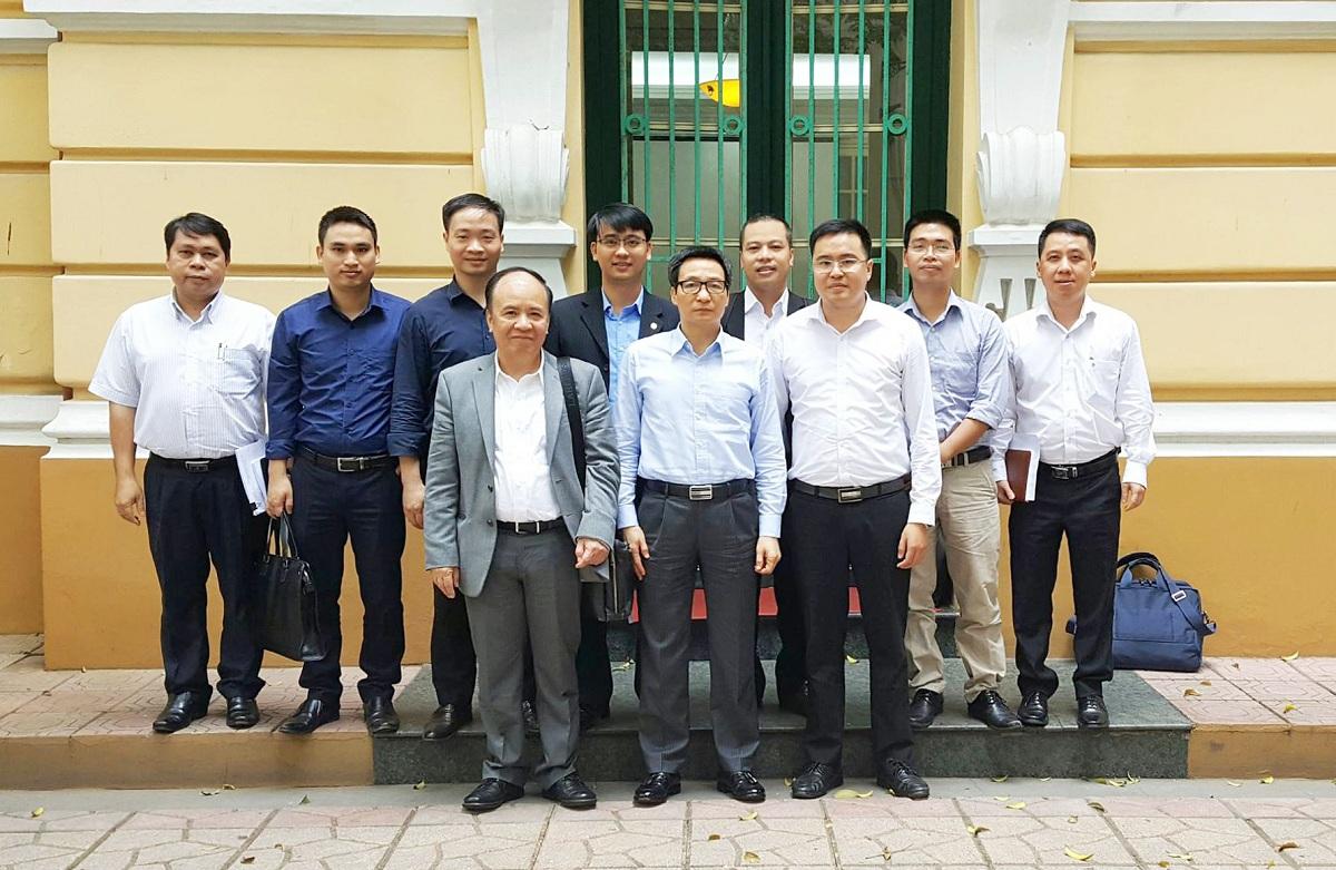 TS Lê Quang Minh (hàng dưới, thứ 3 từ phải sang trái) chụp với Phó Thủ tướng Vũ Đức Đam
